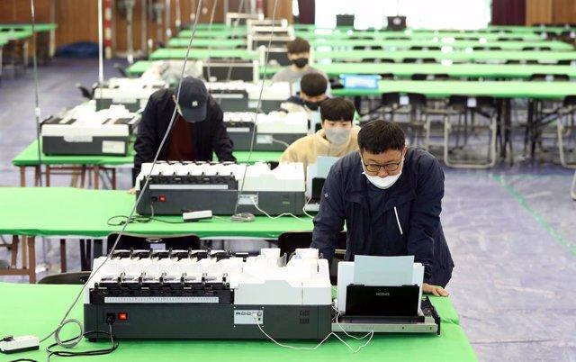 Coronavirus.- Los surcoreanos acuden a votar en las elecciones parlamentarias en