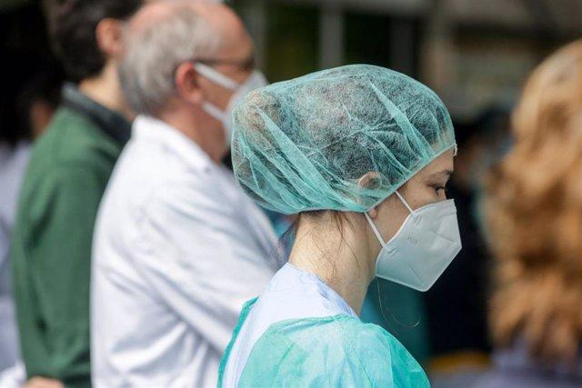 """Una sanitaria del Hospital Severo Ochoa de Leganés durante el homenaje al enfermero de quirófano de 57 años fallecido por Covid-19, quien en la Unidad de Cuidados Intensivos (UCI), según indicó el propio hospital, luchó """"incansablemente, durante días, con"""