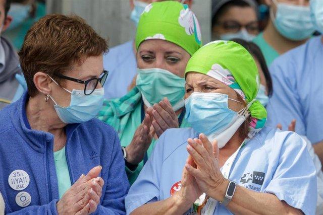 Sanitarios del Hospital Severo Ochoa de Leganés aplauden durante el homenaje al enfermero de quirófano de 57 años fallecido por Covid-19. En Leganés/Madrid (España) a 13 de abril de 2020.