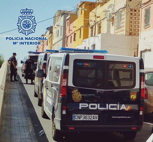 La Policía Nacional durante una actuación policial en Los Almendros, en Almería