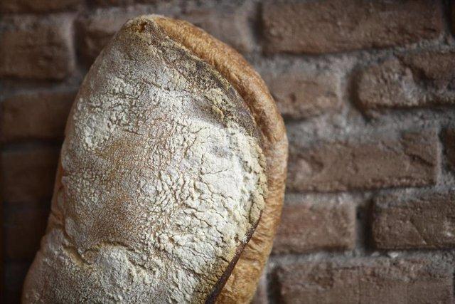 Una barra de pan con harina.