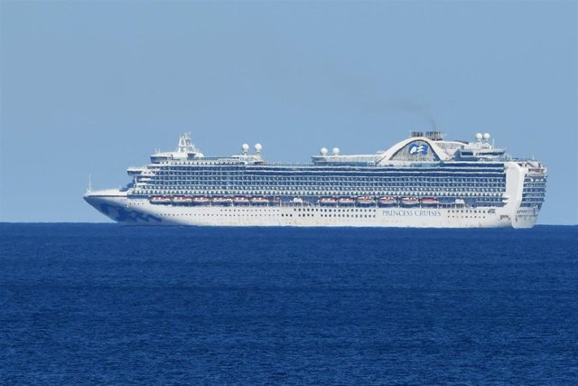 El crucero 'Ruby Princess' navegando frente a la costa de Sídney en abril