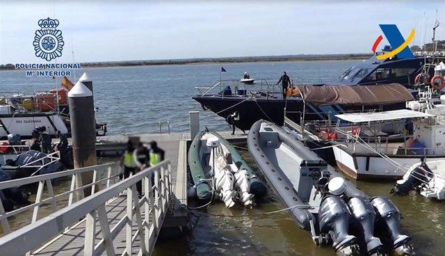 Imagen de la operación llevada a cabo por la Policía Nacional y funcionarios de vigilancia aduanera de la Agencia Tributaria
