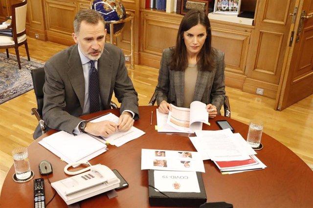 Los Reyes don Felipe y doña Letizia en conversación telemática durante el estado de alarma.