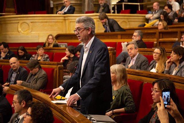 El diputado del PSC-Units Rafael Bruguera interviene desde su escaño en un pleno en el Parlament, en una imagen de archivo.