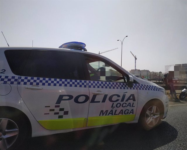 Coche Policía Local Málaga, patrullar, barrio