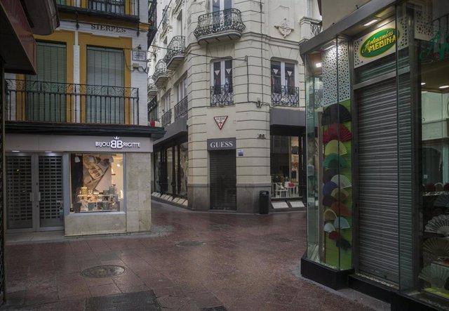 Tiendas cerradas del centro de Sevilla.