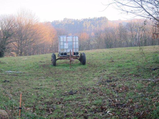 Un remolque de un tractor en el campo asturiano.