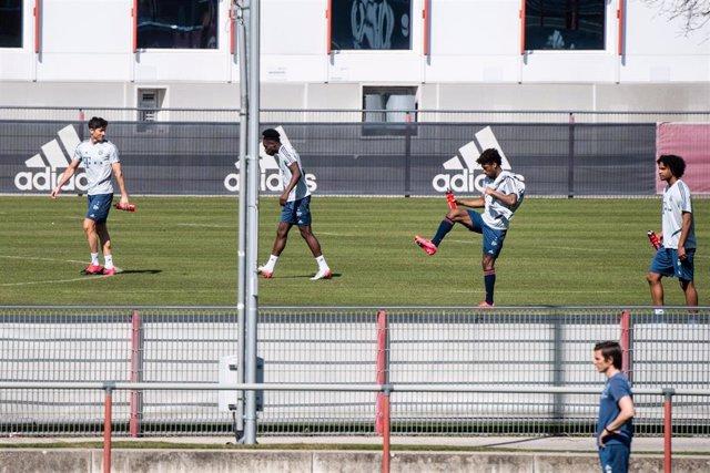 Los jugadores del Bayern Múnich entrenan durante el periodo de aislamiento