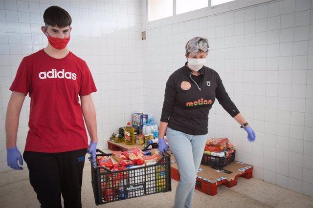 Reparto de alimentos adquiridos por el Ayuntamiento de Mairena del Aljarafe para familias vulnerables