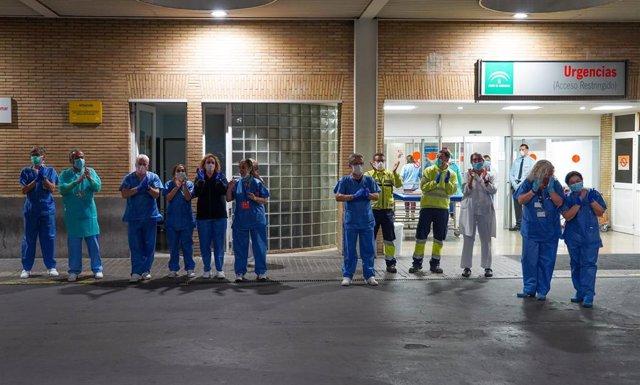 Personal sanitario del hospital Virgen del Rocio de Sevilla aplauden en la puerta de Urgencia del centro. Sevilla a 18 de marzo 2019
