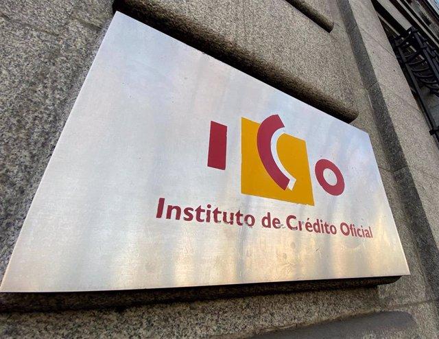 Placa con el logo del ICO (Instituto del Crédito Oficial), en una de las puertas de acceso de la sede, en el Paseo del Prado de Madrid (España).