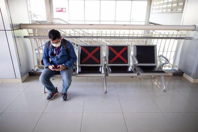 Las medidas de distanciamiento han llevado a las autoridades de Yakarta a limitar los asientos en lugares públicos.