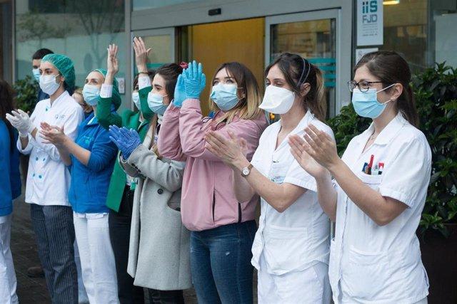 Enfermeras durante el homenaje diario a profesionales sanitarios (Archivo)
