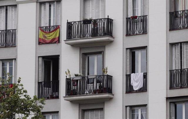 Sábana blanca en un balcón de Madrid por el Día Mundial de la Salud y durante el estado de alarma decretado por el Gobierno por la crisis del coronavirus, en Madrid (España) a 7 de abril de 2020.