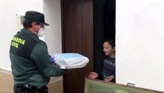 La Guardia Civil reparte material escolar en Encinasola
