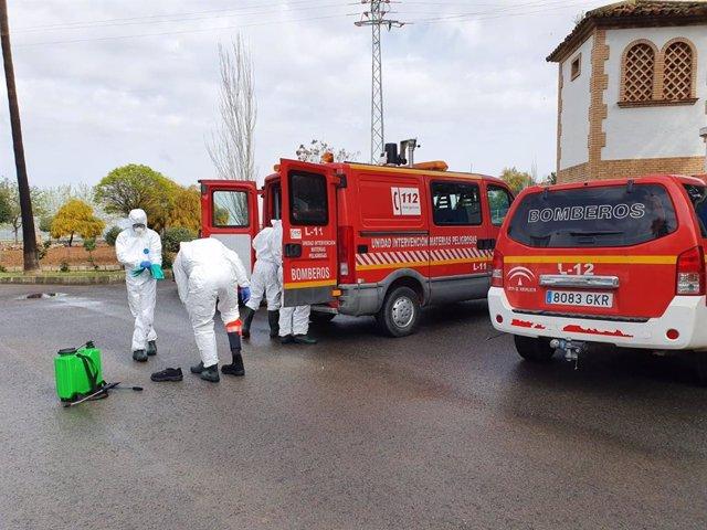 Efectivos del Consorcio Provincial de Bomberos (CPB) de Málaga en labores de desinfección