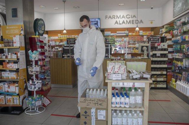 Un farmacéutico atiende una farmacia