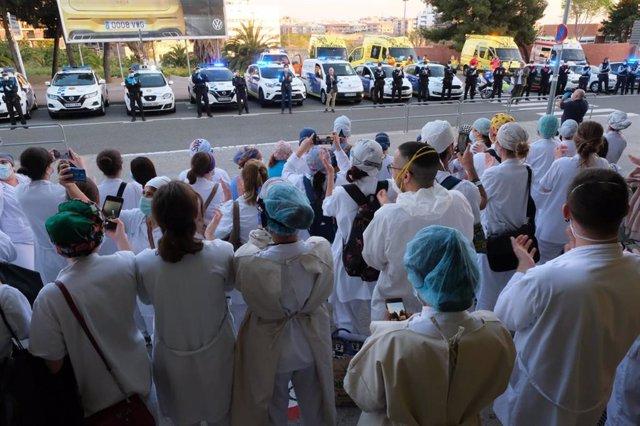 Los alcaldes de cinco ciudades del Baix Llobregat (Barcelona) han rendido homenaje este sábado al personal sanitario del Hospital Moisès Broggi en Sant Joan Despí, junto a policías y miembros del servicio de emergencias.
