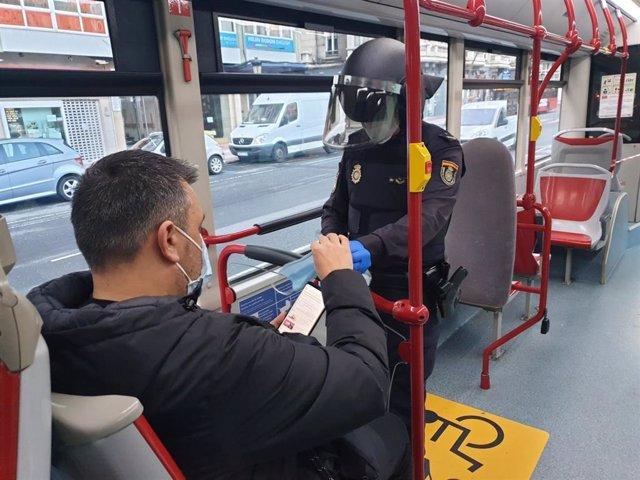 Reparto de mascarillas en el transporte público en Galicia.
