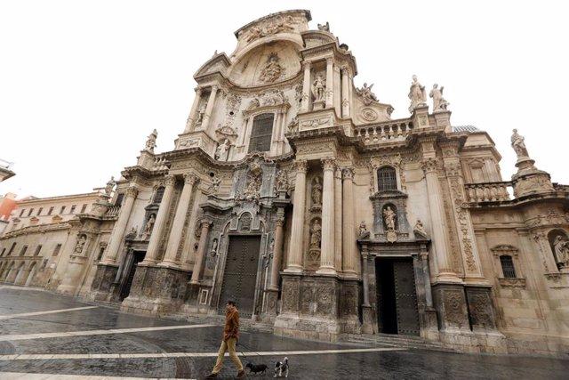 La entrada de la Catedral de Murcia en la Plaza del Cardenal Belluga, vacía durante el estado de alarma, a 22 de marzo de 2020.