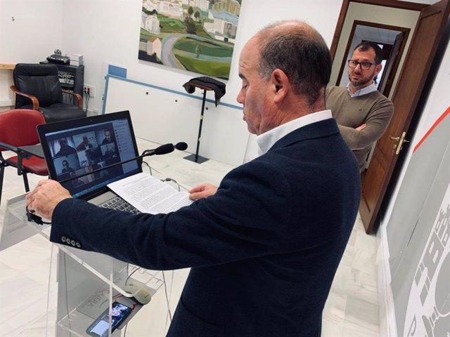 El alcalde de Antequera, Manuel Barón, atiende a los medios de comunicación de manera telemática.