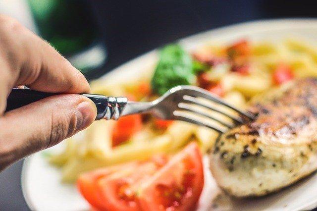 Comiendo, tenedor, pollo, carne, comida, ensalada