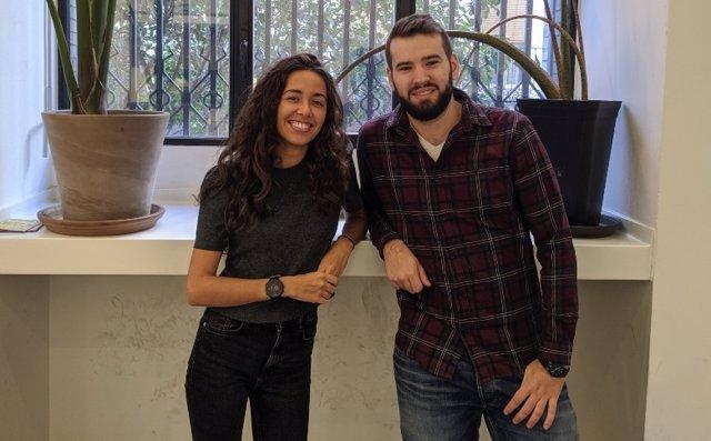 María González y Marcos Rubio, que han adaptado un asistente virtual para identificar y monitorizar a pacientes con Covid-19