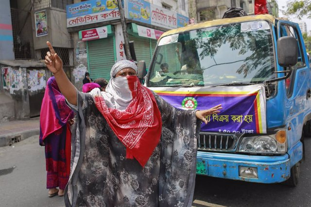 Coronavirus.- Miles de trabajadores textiles salen a las calles de Bangladesh pa