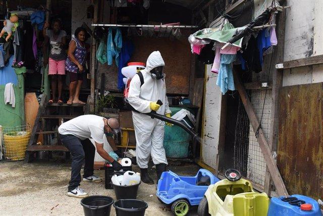 Un trabajador sanitario realiza labores de desinfección en la favela de Santa Marta, en Rio de Janeiro, para evitar posibles brotes en uno de los estados más fectados por el Covid-19 en Brasil.