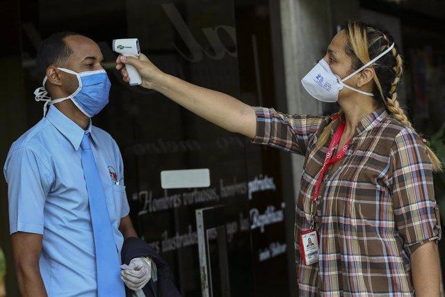 Coronavirus.- Guaidó anuncia una ayuda de 100 dólares mensuales para profesional