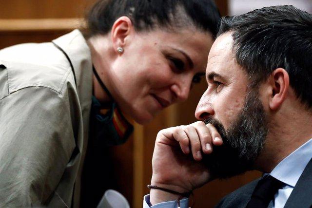 El líder de Vox, Santiago Abascal, habla con la diputada de su partido, Macarena Olona, durante el pleno celebrado este jueves en el Congreso de los Diputados para aprobar una nueva prórroga del estado de alarma