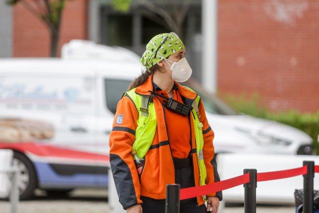 Personal sanitario en las inmediaciones del Hospital de Campaña de IFEMA donde trabajan a destajo para cuidar de todas personas con Covid-19 que están ingresadas en el recinto, en el día 33 del estado de alarma. En Madrid, (España), a 16 de abril de 2020.
