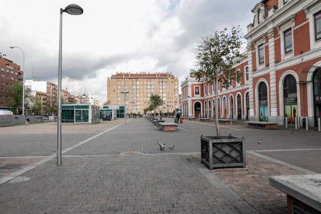 Calle vacía frente a la Estación Príncipe Pío de Madrid en el día 34 del estado de alarma, después de que el uso del transporte público haya aumentado en la Comunidad de Madrid un 25 por ciento respecto a los días que sólo se permitieron actividades esenc