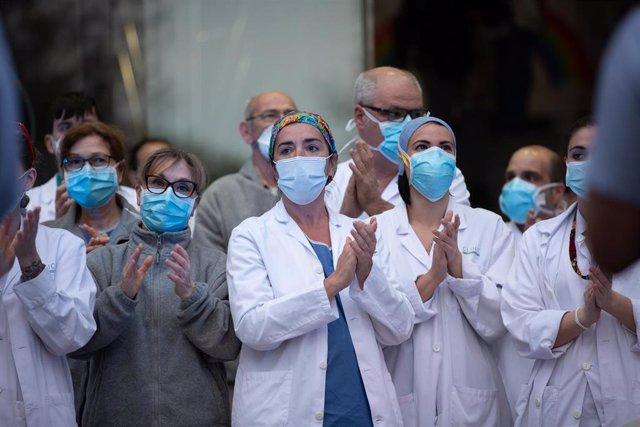 Aplauso de sanitarios a las puertas del hospital Clínic de Barcelona el 6 de abril de 2020.
