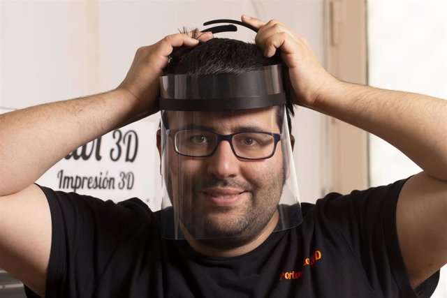 Alejandro Gil García en Portachiavi 3D (Gijón) con una pantalla de protección individual impresa en 3D.