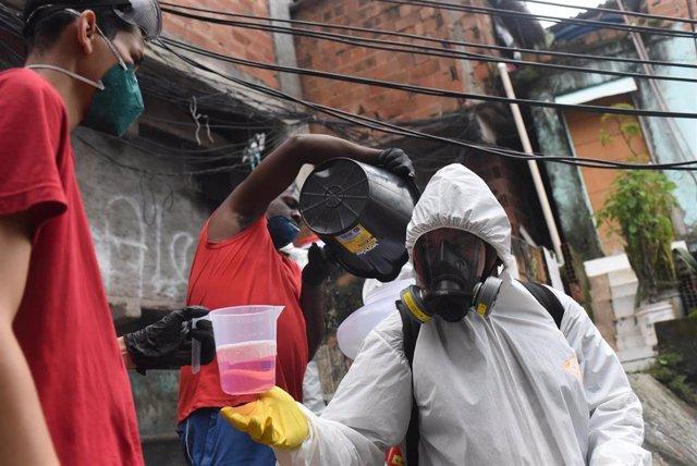 Trabajadores luchando contra el coronavirus en Río de Janeiro.