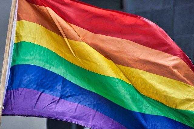Bandera arcoíris símbolo del colectivo LGTBI