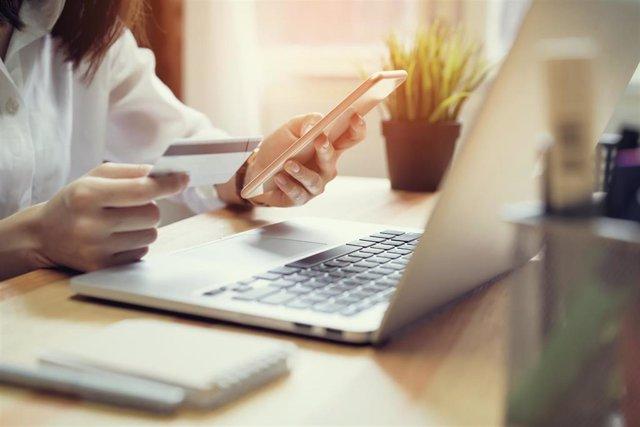 Mujer haciendo compras por internet.