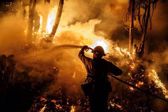Bombero combatiendo el fuego durante un incendio en California