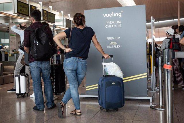 Diferentes viajeros esperan en el Aeropuerto 'Josep Tarradellas Barcelona-El Prat'