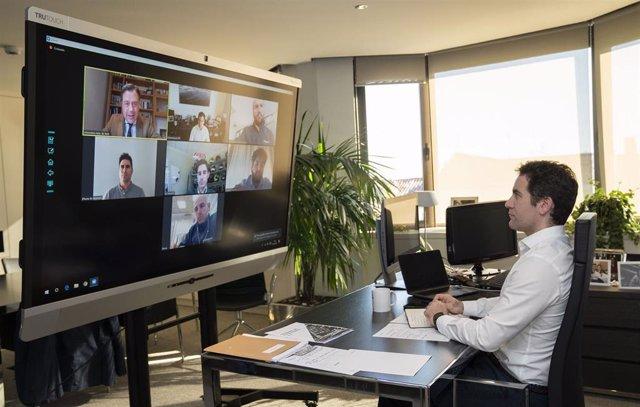 El secretario general del PP, Teodoro García Egea,  en una reunión por videoconferencia con el presidente de la Comunidad de Murcia, Fernando López Miras, y fabricantes del sector del mueble que han reconvertido sus negocios para elaborar mascarillas