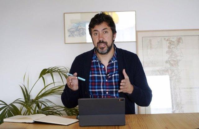 El portavoz de la coalición Galicia en Común-Anova Mareas, Antón Gómez-Reino, en rueda de prensa telemática.