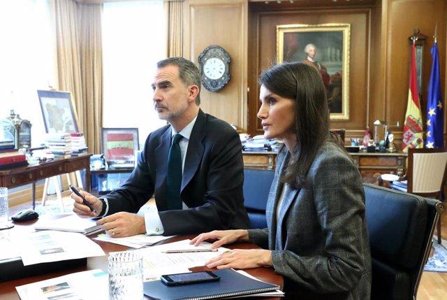 Los Reyes, Letizia y Felipe VI, durante una videoconferencia con responsables de la OMS el pasado 8 de abril de 2020.