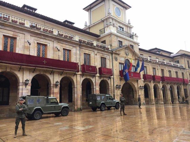 Militares ante el Ayuntamiento de Oviedo durante el estado de alarma decretado por el coronavirus