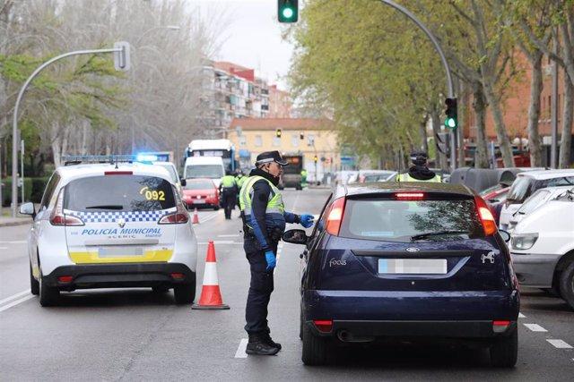 Un policía municipal le piden la documentación a un conductor en Madrid en un dispositivo por el estado de alarma
