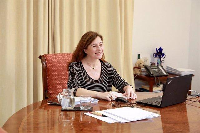 La presidenta del Govern balear, Francina Armengol, en una reunión por videoconferencia en el Consolat de Mar.