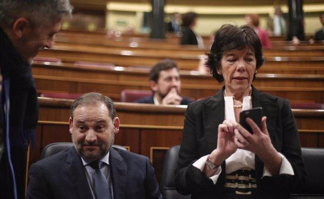 La ministra de Educación y Formación Profesional, Isabel Celaá, junto al ministro de Transportes, José Luis Ábalos, el pasado mes de febrero en el Congreso.