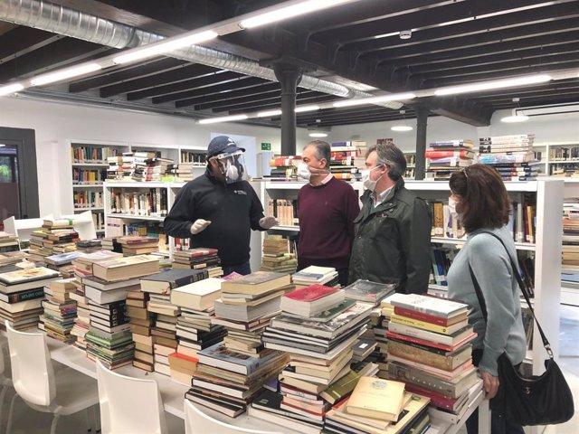 El alcalde de Tomares, Ricardo Tarno, visita una biblioteca durante su desinfección