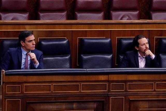 El presidente del Gobienro, Pedro Sánchez (i), y el vicepresidente segundo, Pablo Iglesias, durante la primera sesión de control al Ejecutivo celebrada en el Congreso desde que se declaró el estado de alarma el pasado 14 de marzo, un pleno reclamado des